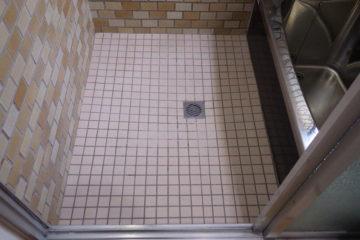 滑って危ない浴室の床には1日施工のバスナフローレが一番です。