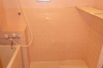 壁のタイルが浮いている場合の部分補修を半日~1日で施工します